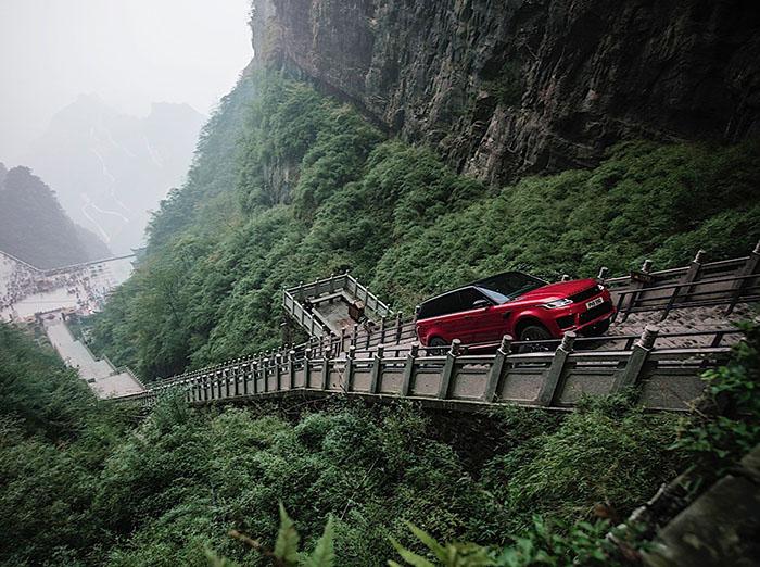 លេងបើក Range Rover Sport ឡើងជណ្ដើរ ៩៩៩ កាំ គ្មានញញើតបន្តិច (វីដេអូ)